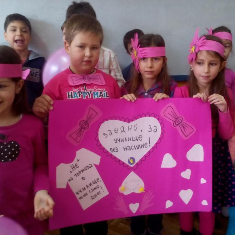 снимка от галерия Ден на розовата фланелка