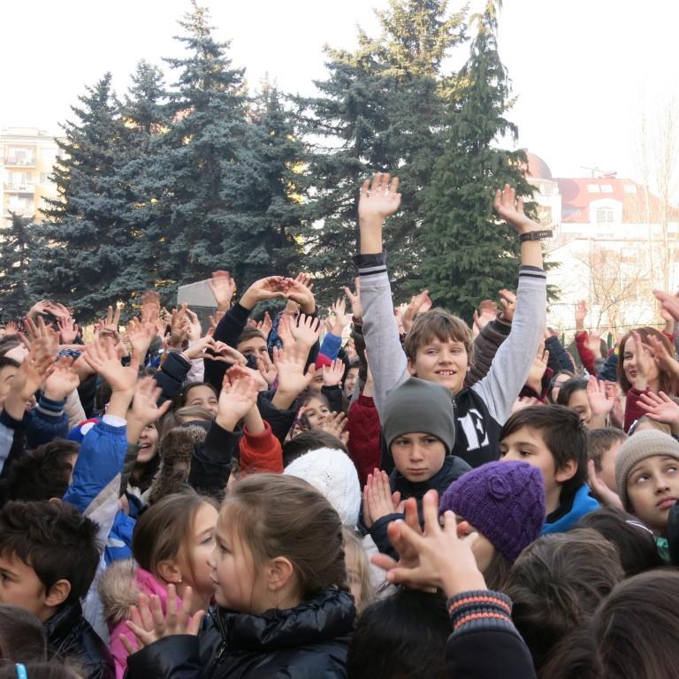 снимка за новина - Коледна прегръдка