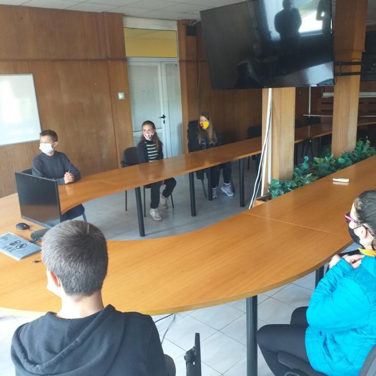 снимка за новина - Ученици от 2. СУ с интерес към работата на Общинската администрация