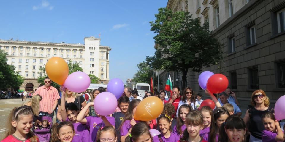 снимка за новина - Тържествено шествие с участието на 2-ро СОУ